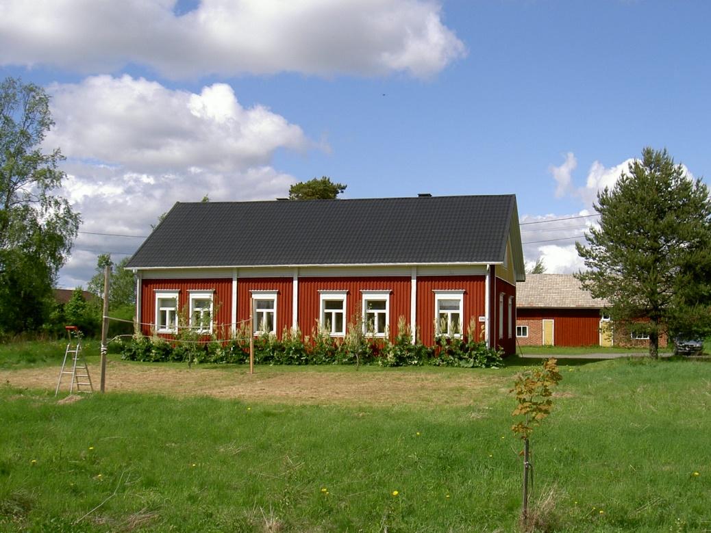 På fotografiet från år 2003 så ser vi att Nyströmas gården är stilfullt renoverad.