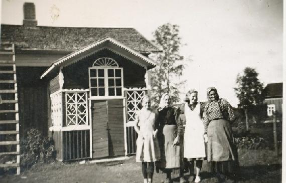 Från vänster Verna, Vilhelmina, Ellen och Amanda Agnäs framför den vackra lillstugan. Längst till höger skymtar Mattas-Viktors gård.