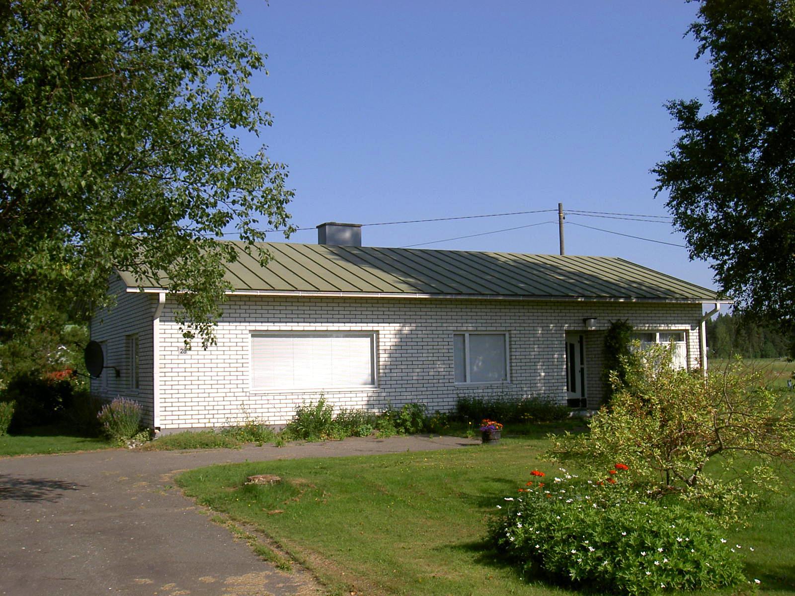 Den här gården på Åbackvägen 28 byggdes år 1963 och här bodde Ragnar och Verna så länge de levde. Gården har senare övertagit av Ragnars brorson. Fotot från 2008.