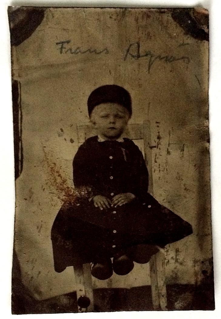 På det här plåtfotot från slutet av 1800-talet sitter Frans Agnäs.