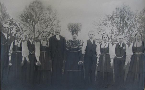 Från vänster läraren Selim Knus från Lappfjärd, Frans´syster Ida, gift Backlund, Frans´bror Anselm som dog i striderna i Tammerfors 1918, Hilda Riihiluoma från Bötom. Bredvid Amanda står Johan Lillkull och Frans´syster Hilma, senare gift med Valdemar Rosengren, sedan Jens Silvernagel som var kusin med Frans. Flickan längst till höger tillsvidare okänd