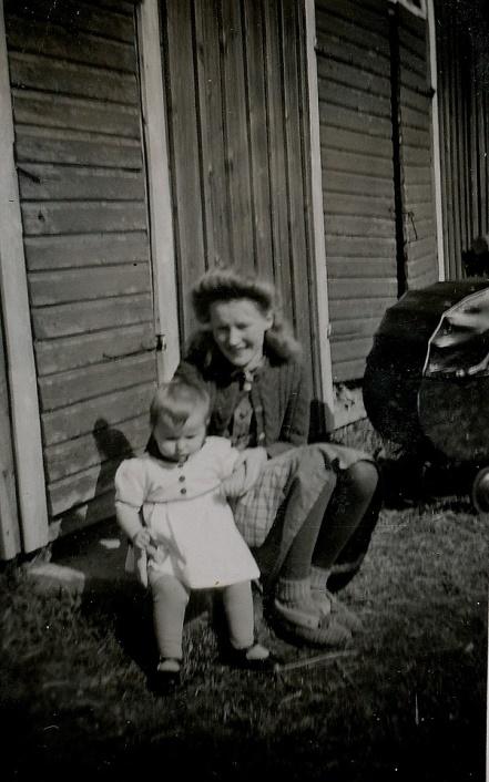 Här på trappan sitter Gerda Klåvus tillsammans med sin halvsyster Monica.