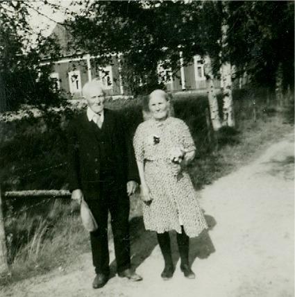 På fotot Niklas med mössan i hand och Ana-Kajs Nyström med blommor. Det var övrigt nära en gång att Niklas skulle ha omkommit, då rian där han höll på och torkade säden började brinna. På grund av röken så hittade han själv inte ut ur den brinnande rian, utan tillskyndande personer fick ut honom i sista minuten. Livet ut hade han brännskador på händerna som en påminnelse om hur nära det var.