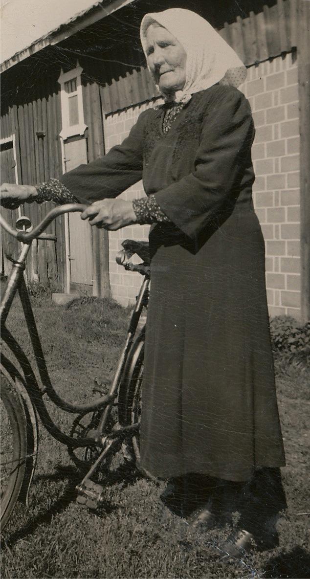 Här Anna Kajsa Nyström på väg med vagne, eller med cykeln som vi säger i dag.