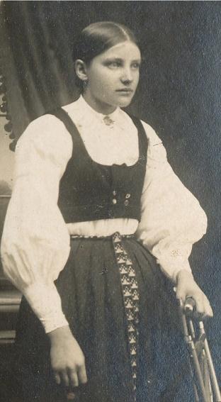 Här Hulda Agnäs som gifte sig år 1922 med Emil Klåvus och fick döttrarna Hjördis och Gerda som båda dog i ungdomen. Hulda dog redan år 1933 och flera år senare gifte Emil om sig med Mildrid Forslin från Åbackan.
