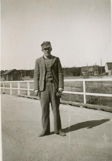 På bilden chauffören Valter Rosengård, nästan visande var hans garage skall byggas.