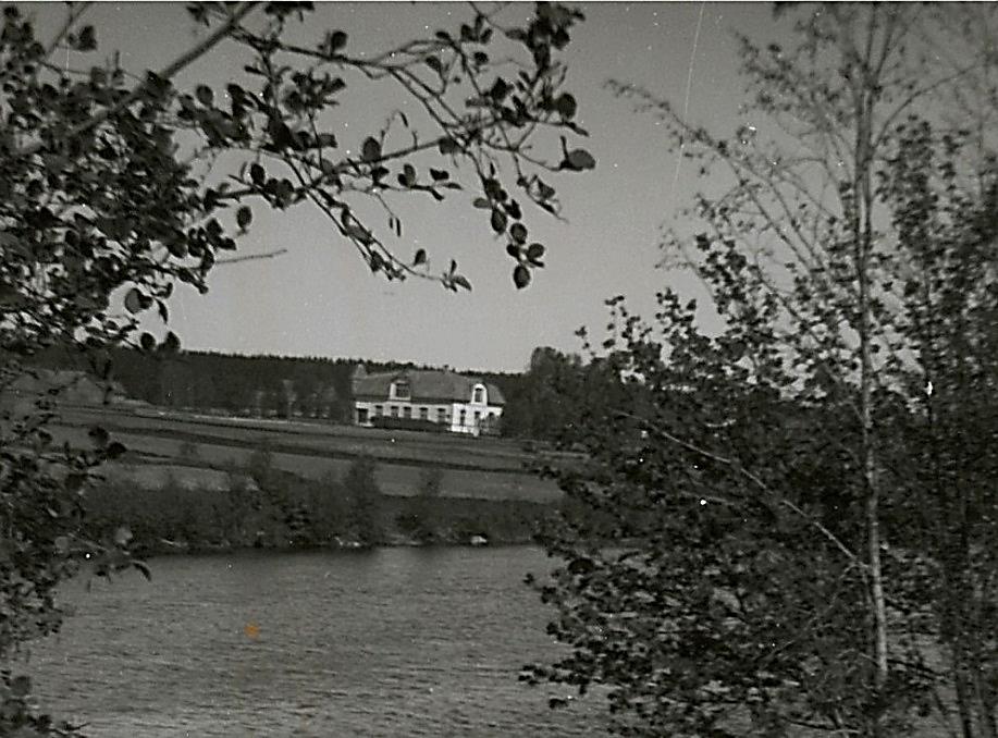 På detta foto från 1948 taget från A-sidon kan vi se hur ensamt byggnaden står.