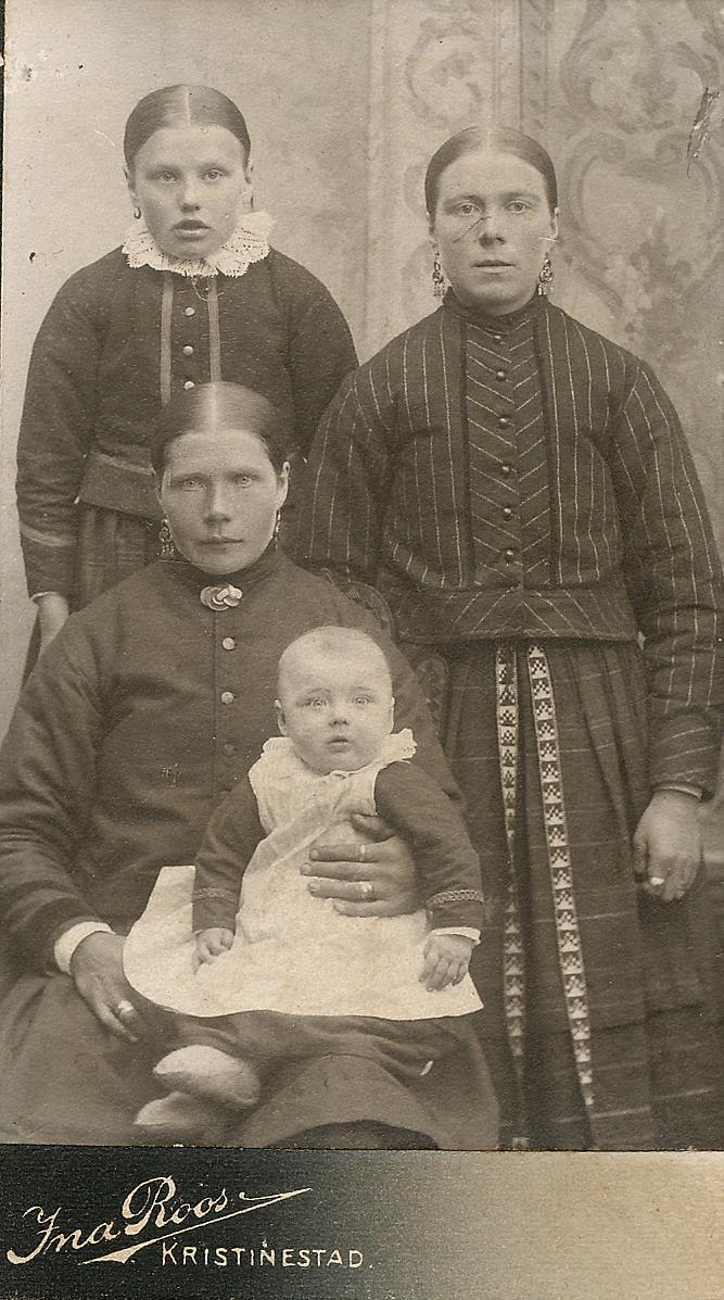 Sittande Vilhelmina Blomkvist f. 1874 med sonen Selim i famnen. Till höger Vilhelminas syster Fia f.1877, gift Ekberg. Uppe till vänster Maria Blomkvist, f. 1893. Karl Blomkvists dotter från första giftet med Anna Greta Båsk som dog 1902. Maria gifte sig sedan med Otto Ingvesback från Lappfjärd. Karl befann sig i Sydafrika då detta foto togs år 1905.