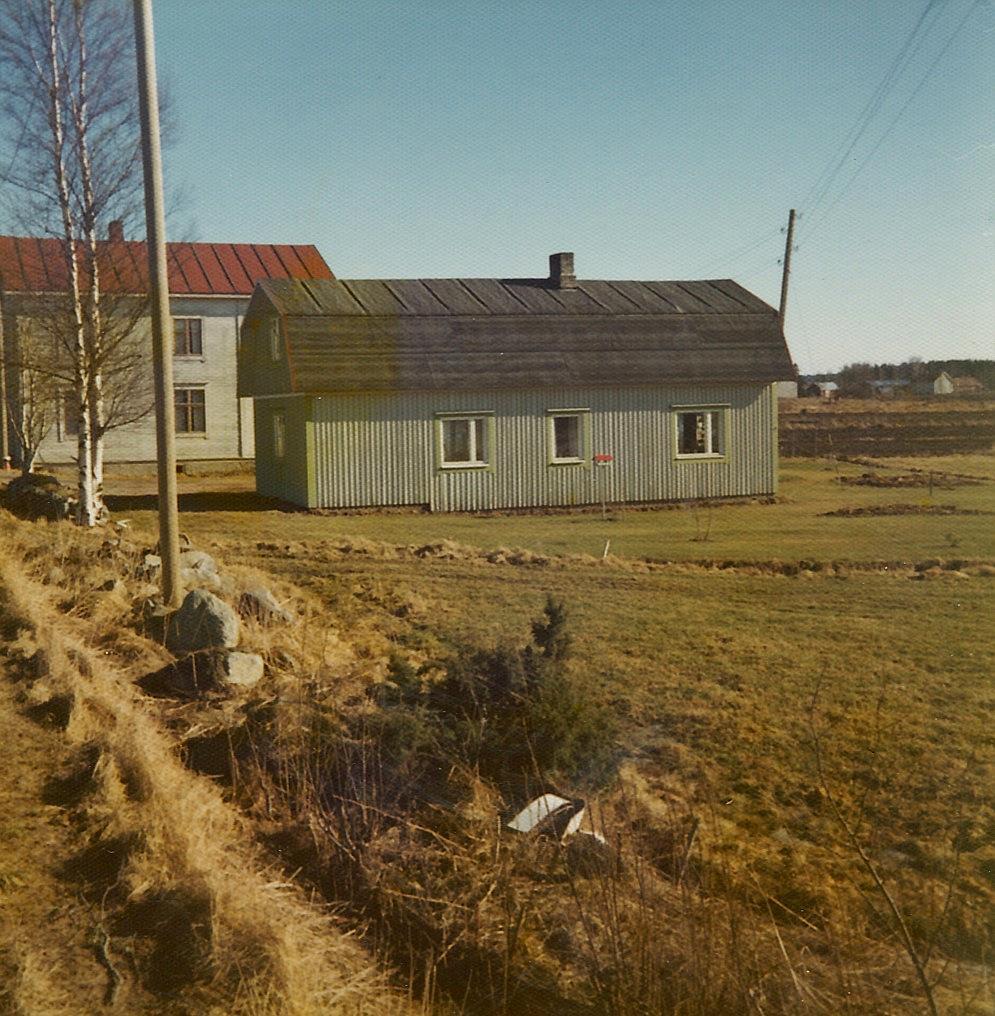 På den här bilden från 1970-talet syns det att kaféhuset byggts till med flera meter söderut.