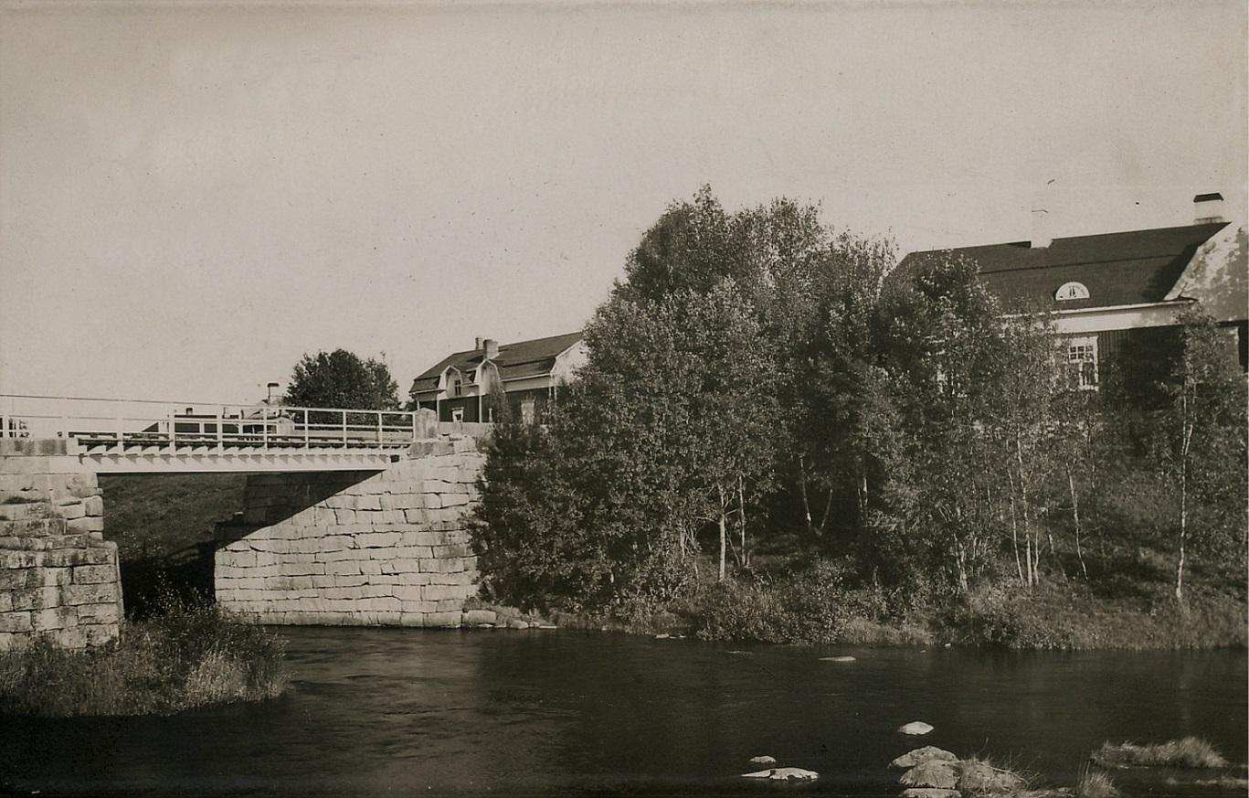 """Här ett annat foto troligen från samma tidpunkt där också grannen """"Kork""""- Frans Eklunds gård syns mitt i bild."""