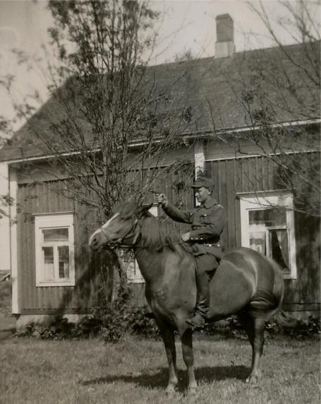 Här på hästryggen med pistolen skjutfärdig sitter Lennart Nyström (1909-1969).