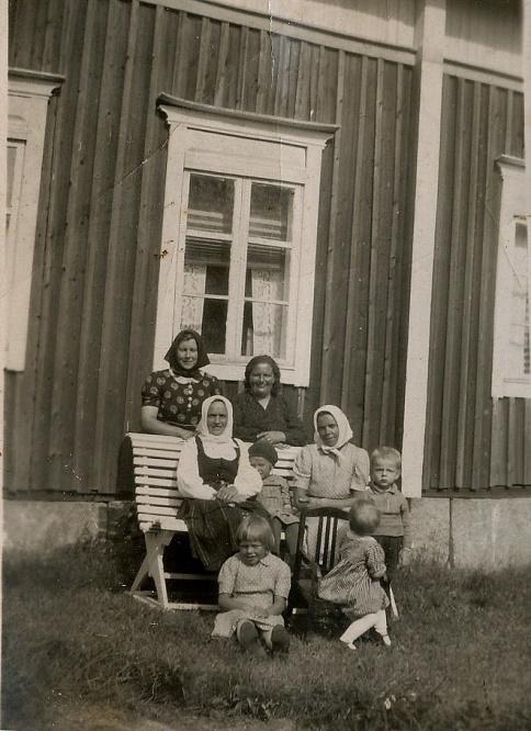 Stående bakom bänken Signe Nyström och Hulda Norrgård, på bänken Hulda Lindell och Jenny Lindell. Längst till höger Alf Norrgård, sittande i gräset Göta Lindell.