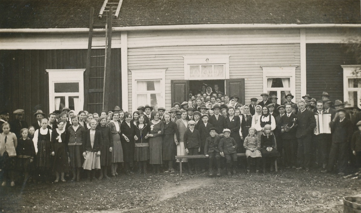 Den 2 oktober 1932 ställdes det till med storbröllop, då Lennart gifte sig med Signe från Kvarnå. Brudparet står bakom pojkarna på bänken.