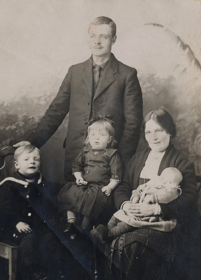 Norrgård Emil och Hulda f. Lillkull med barnen Eskil, Ingegerd och Alfons.