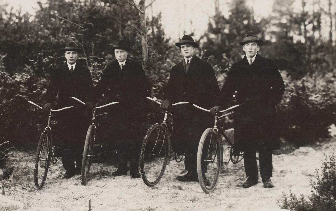 På fotot fyra herrar med cyklar, från vänster Alfred Storkull, Lennart Nyström, Gunnar Storkull och Sigurd Löfgren.