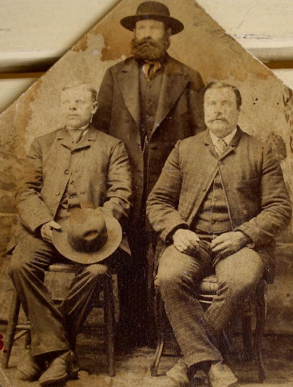 """Här på bilden från 1888 sitter Klemes-Kalle nere till vänster och bredvid honom """"Rebeck-Viktor"""" som dog i Chicago år 1900. Klemes-Kalle återvände till Dagsmark år 1903. Mannen i bakgrunden är Henrik Kaas från Tjöck. Fotot utlånat av Kerstin Persson."""