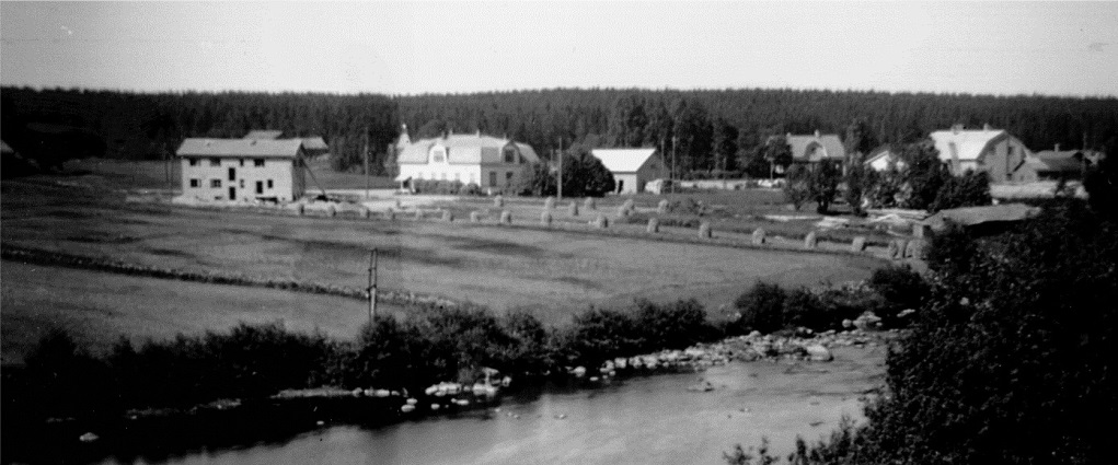 På denna bild från 1953-54 så ser vi att J. H. Storkulls yngsta son Eskil håller på och bygger ett affärshus i centrum. Handlanden Nils Nelson hade ju tagit över Koll-Boden år 1949. Längst till höger syns det just då nedlagda Dagsmark Andelsmejeriet.