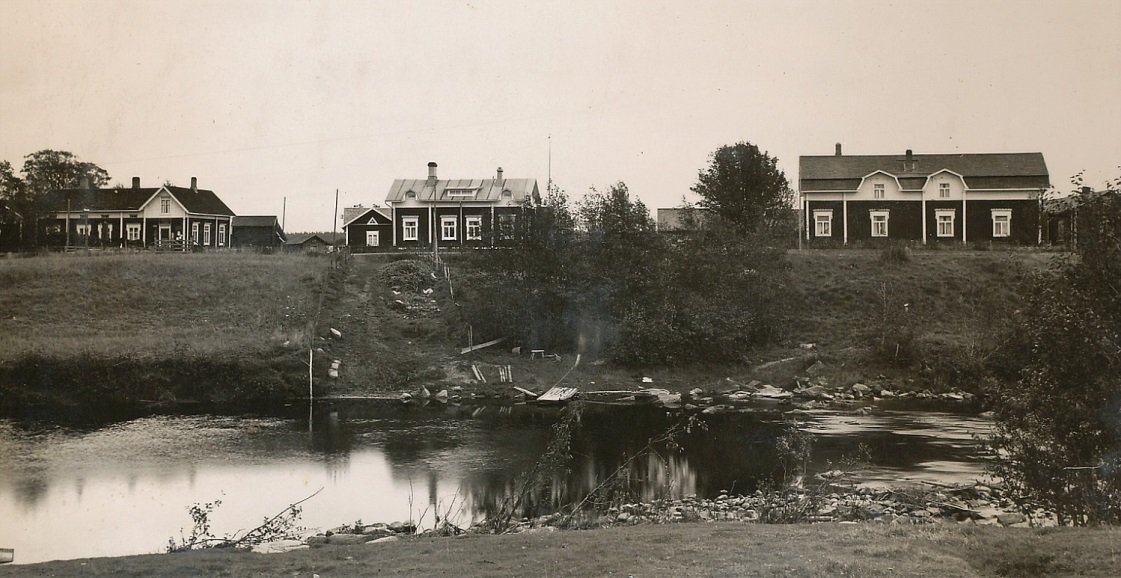 """På den här bilden från ca 1930 syns Erik Anders Rosengård butik och bostad längst till vänster. Mitt i bild """"Kårk""""- Viktor Eklunds nybyggda gård och till höger syns """"Kårk""""-Frans Eklunds mycket gamla gård som just har påbyggts med en andra våning."""