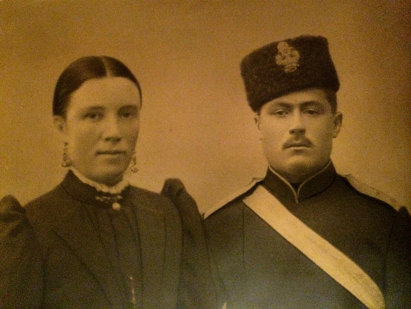 På fotot Ida Båsk och hennes man, mågen Erland som i slutet på 1800-talet tjänstgjorde i den finska militären, troligtvis i Vasa Bataljon.