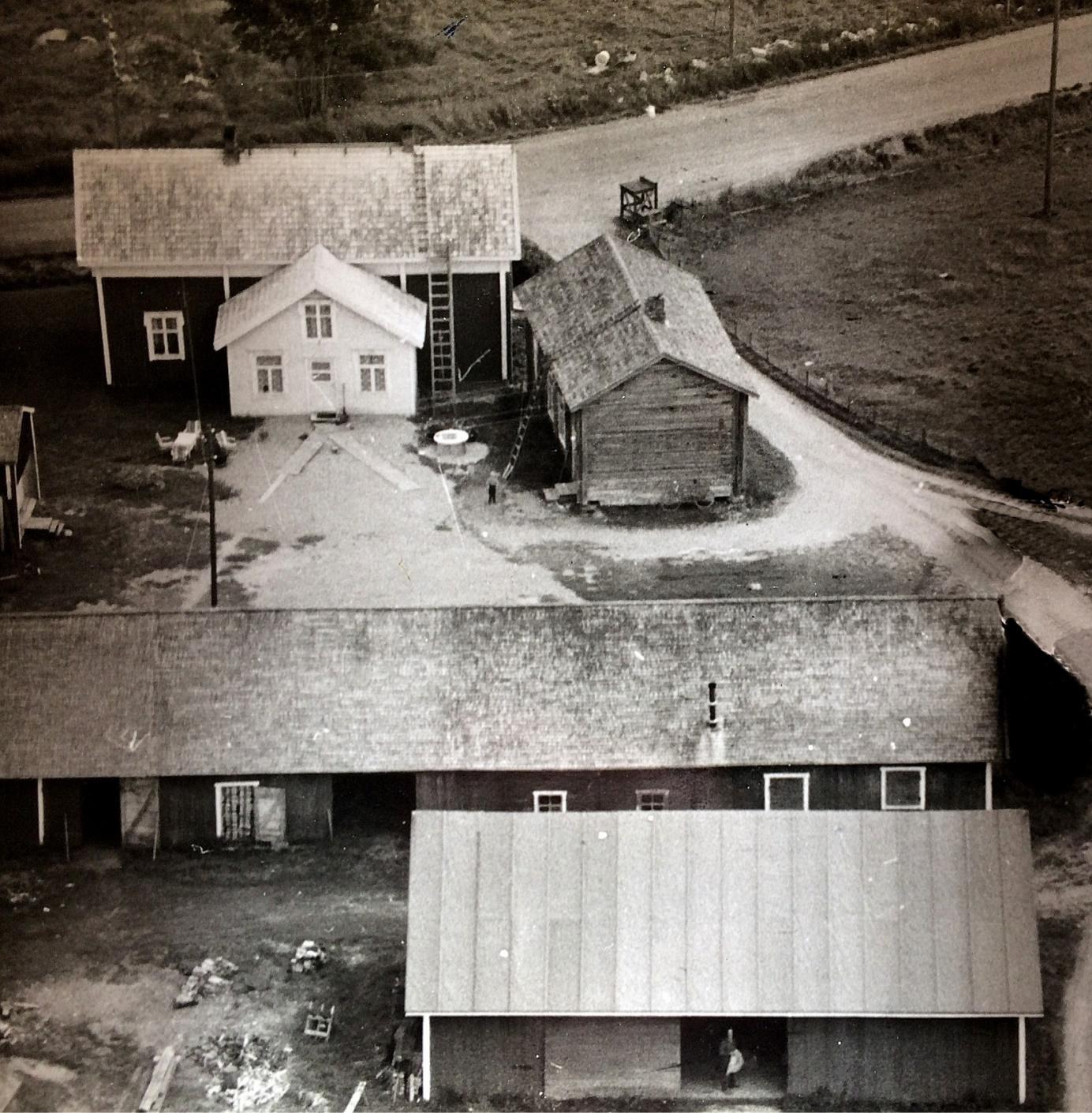 På flygfotot från 1960-talet ser vi hur nära varandra de båda Antas-gårdarna stod. Gården längs med vägen flyttades hit i slutet på 1800-talet men blev bebodd i slutet av 1940-talet. Den äldre gården som stod med gaveln mot vägen revs på 1970-talet av Arvid Dahlroos.