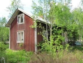 Träd och buskar skymmer snart lillstugan hos Gullmes i Storfors,