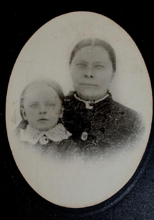 På detta foto Klemes-Kalles hustru Josefina med dottern Ida. Fotot togs medan Kalle vistades i Amerika under åren 1888-1903. Fotot utlånat av Kerstin Persson.