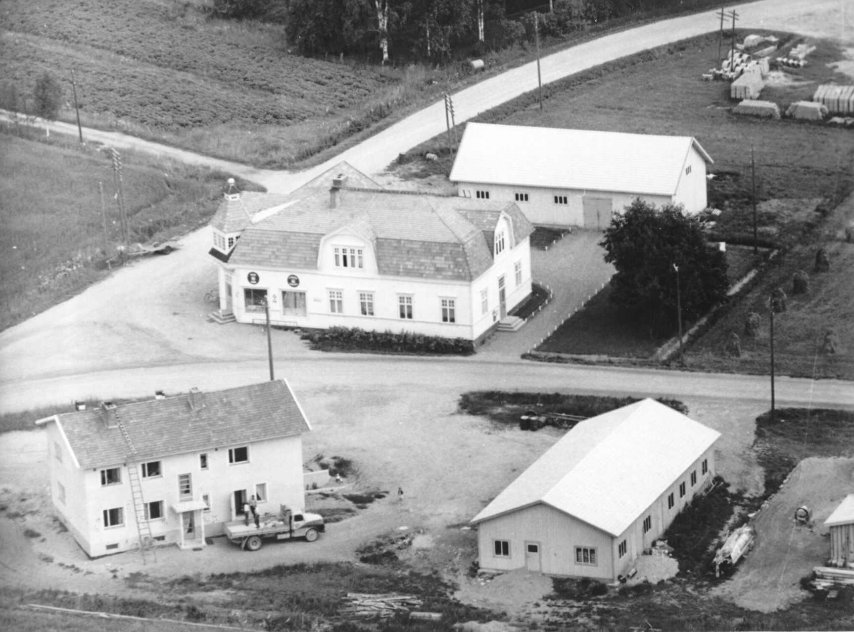Detta flygfoto taget från syd-väst år 1961. Nils Nelsons ståtliga affärshus mitt i bild.