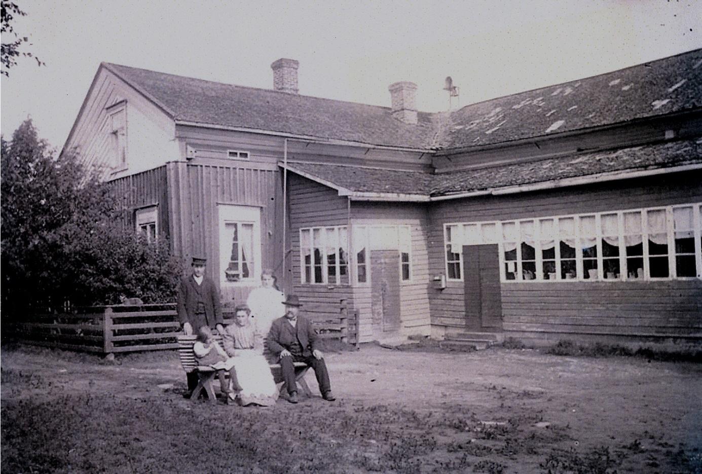Så här såg folkskolan ut i Dagsmark, där lärare J. J. Wadström sitter på bänken med en del av sin familj. Foto: Viktor Nylund.