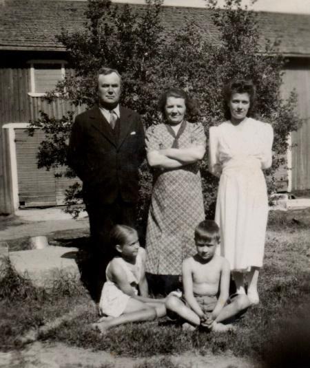 Här Wester och Edit tillsammans med dottern Else-May. Den sittande pojken är sonen Allan, flickan t.v. är Westers barnbarn, alltså Adeles dotter Ann-May, f. 1929 som gifte sig med Åke Berglind (1928-1998). Bosatt i USA.