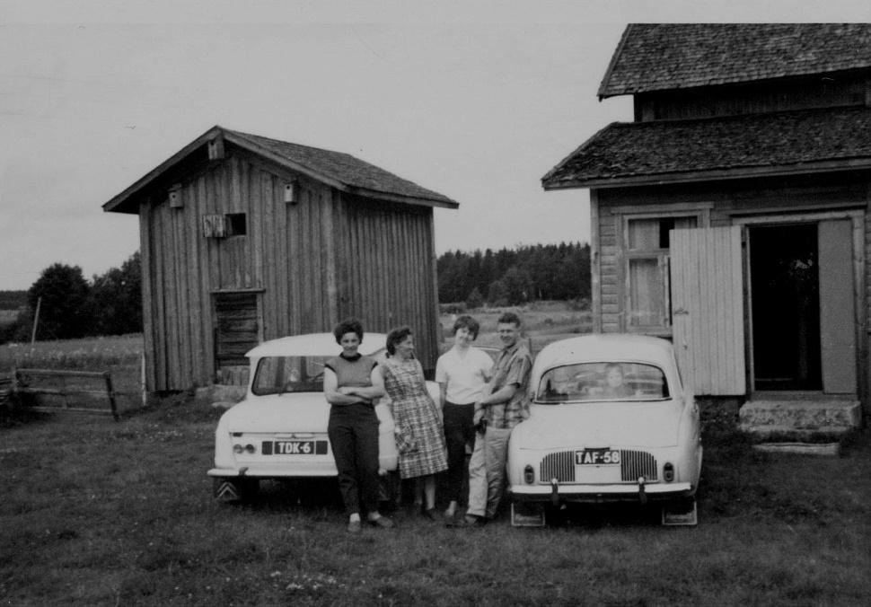 Efter kriget bodde det evakuerade karelare i lillstugan till höger på fotot. Det var skomakaren Oskari Kaislakari och hans hustru Eeva, tillsammans med barnen Eino, Eero, Inkeri och Venla. Eftersom de hade boskap med sig från Karelen så flyttade de efter en tid till Roras-Viktors tomma gård där det fanns ett fähus åt djuren. Roras-Viktor Rönnqvists gård låg nästan tvärs över landsvägen, där Kangas gård står i dag. Kaislakaris flyttade sedan till Åbo men de hade regelbunden kontakt med Anita och Margit, som står till vänster på bilden.