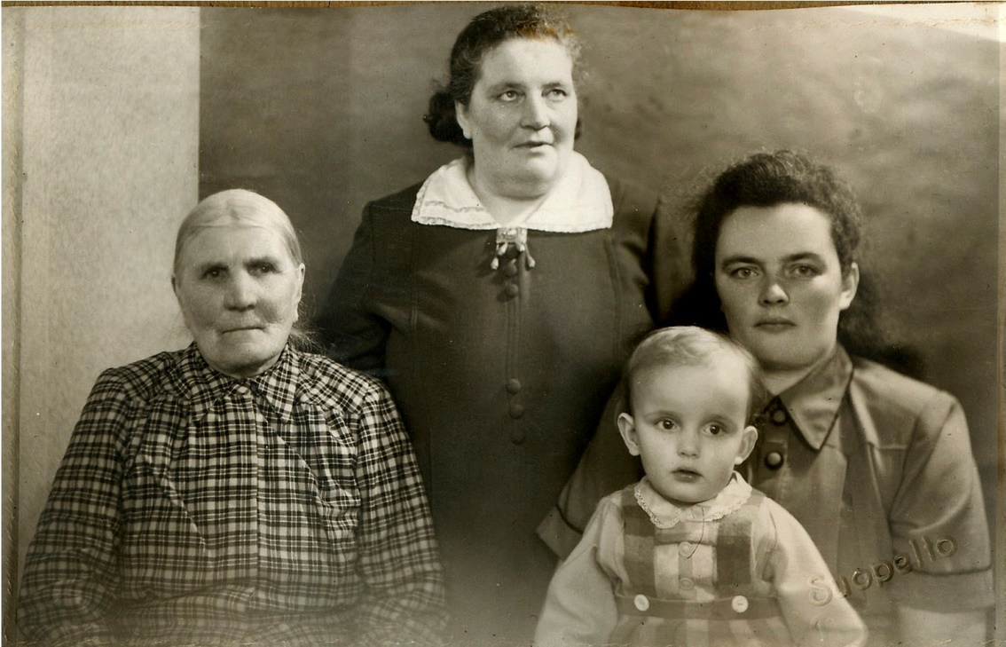 På detta foto sitter Nystömas Ana-Kajs, tillsammans med dottern Hulda Norrgård. Till höger sitter Huldas dotter Else Ingvesback med dottern Anne-Maj i famnen.