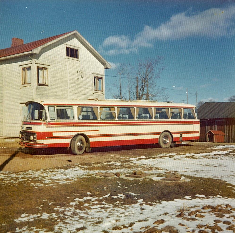 Birger Sonntag var i flera år chaufför åt Sideby Trafik, här har han parkerat buss nr 3 utanför kafébyggnaden år 1975.