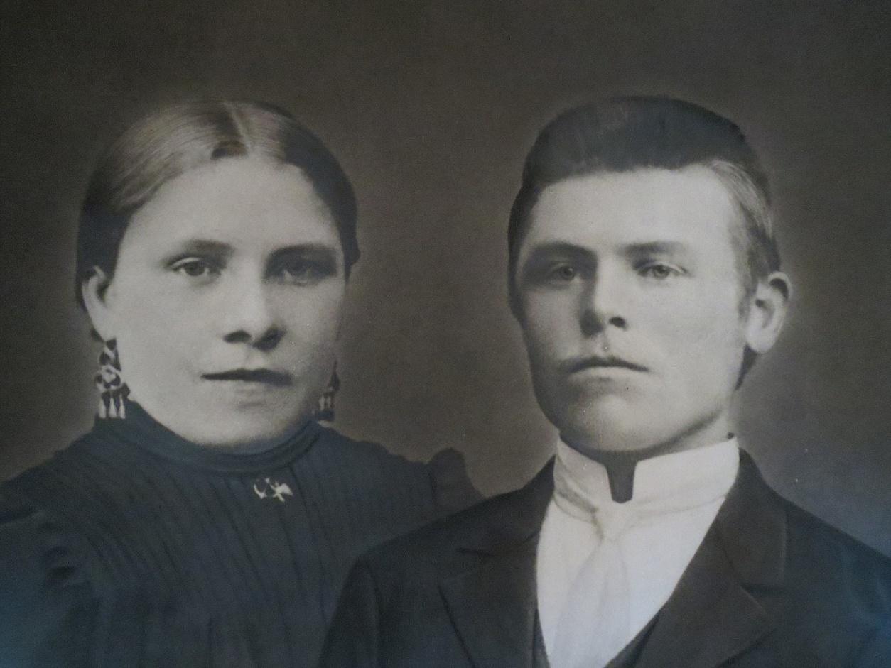 """På bilden Emil som år 1906 gifte sig med Amanda (1887-1963) och hon var dotter till """"Eerkas-Viktor"""" Viktor Klemets, senare Nyberg (1864-1952) och Vilhelmina Björses från Lappfjärd (1858-1922)."""
