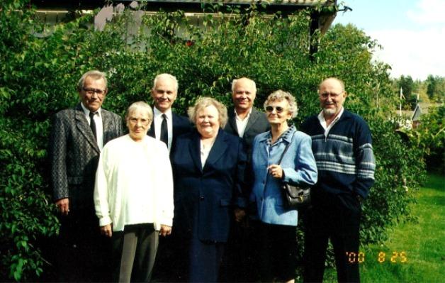 På bilden Edlas-Emils och Mathildas alla barn, fotot från år 2000. Damerna från vänster är Ruth, Alice och Gullni. Herrarna är Egil, Paul, Heimer och längst till höger Börje.