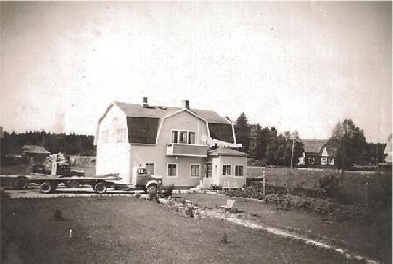 I bottenvåningen fanns garaget som rymde två bilar, garagedörrarna fanns i den västra gaveln. I övre våningen fanns bostaden.