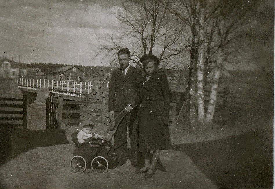 Här Ragnar och Ellen med sonen Bo i vagnen, i början på 40-talet. Till vänster i bakgrunden Anderssons butik med den gamla magasinbyggnaden.