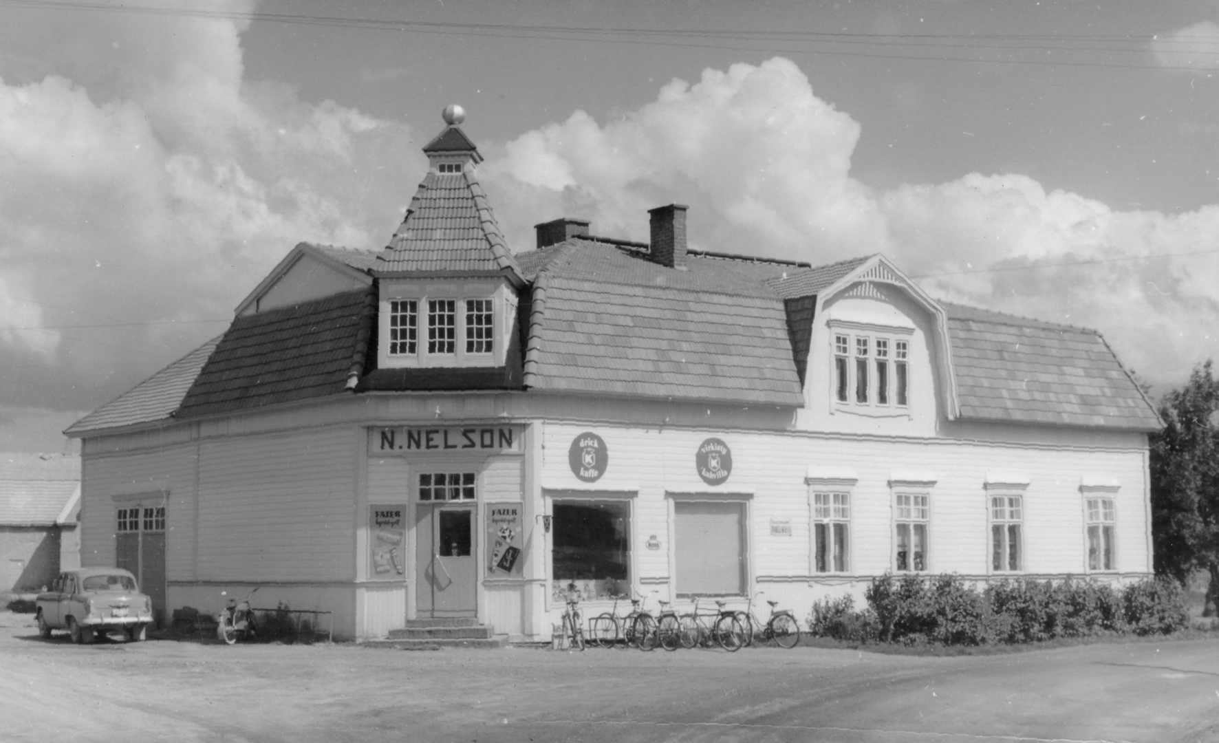 Vykort med Nils Nelsons butik i slutet på 1950-talet.