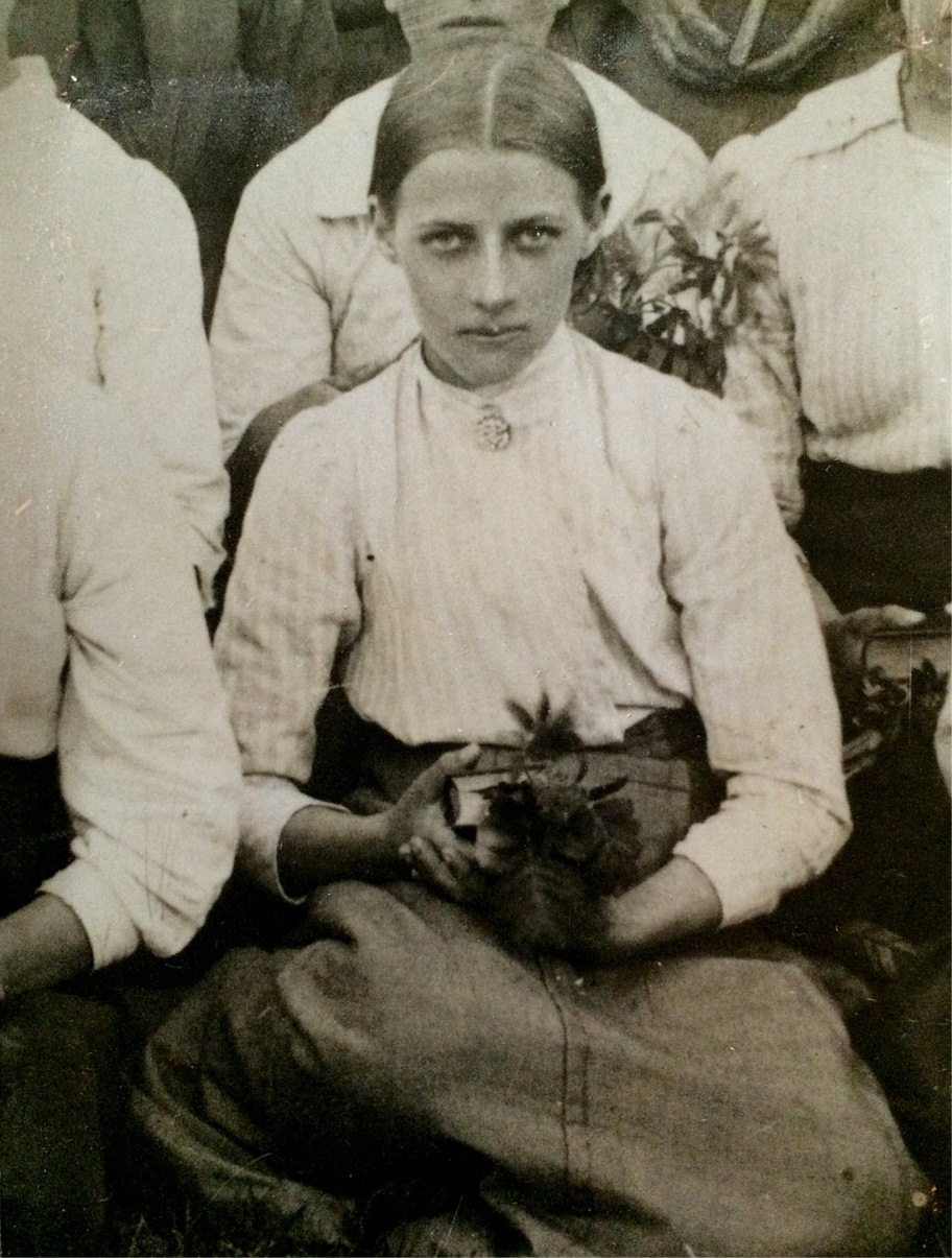 På bilden Ömossaflickan Alma Norrgrann på sin konfirmationsdag.
