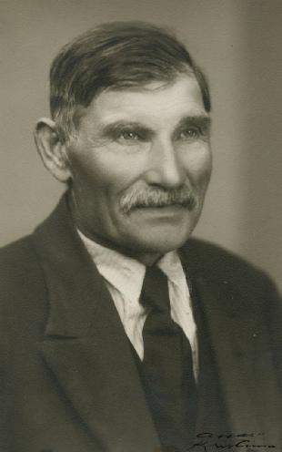 På bilden Henrik Agnäs (1868-1954) som var född i Lappfjärd men som flyttade till Dagsmark då han gifte sig. Henrik var mycket aktiv i kommunala frågor och i allt som berörde Dagsmark. Det var i hans gård som skatterna och brandstoden skulle betalas och det var där som barnen skulle vaccineras. Henrik var känd som en snäll, rättvis och ordentlig man som kom överens med alla och det måste ha varit en väldig trafik i hans hem.