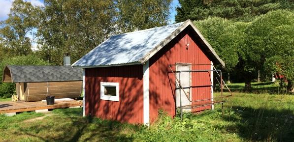 Det här lilla huset på gården var i tiderna en smedja som stod på Storfors Sågs område, troligen byggd på den tiden då Pärusfors var verksamt här.