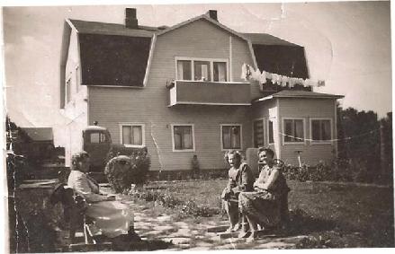 Man kan ju sitta i trädgården medan tvätten torkar. Till vänster Valters syster Margit Rosengård, som gifte sig med Dahlbäck från Övermark. I mitten sitter Lisen Rosengård och till höger Valters halvsyster Signe, gift Granlund.
