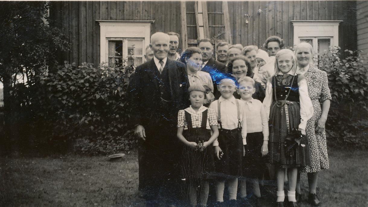 Här Niklas och Anna Kajsa Nyström med barn och barnbarn mellan sig.