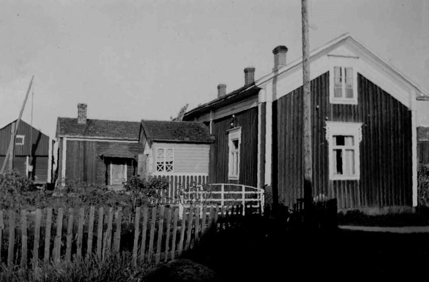 Bilden här ovan är tagen från väster. Bakom huset syns lillstugan och längst till vänster härbret. Längst till höger syns lite av Agnäs vackra bondgård. Farstukvisten var speciellt dekorerad och utsirad.