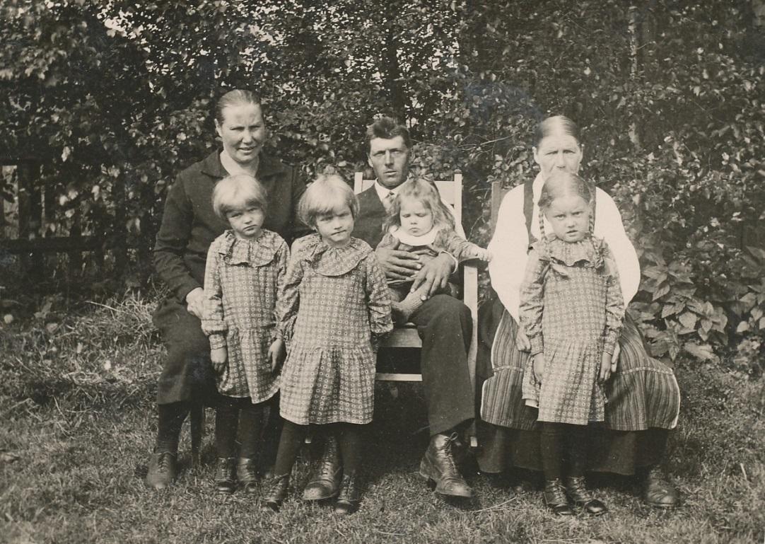 Här sitter Agnes och Selim med trillingarna och sjukliga Etel i mitten på 30-talet. Skymd bakom Lisa sitter Mina-farmor.
