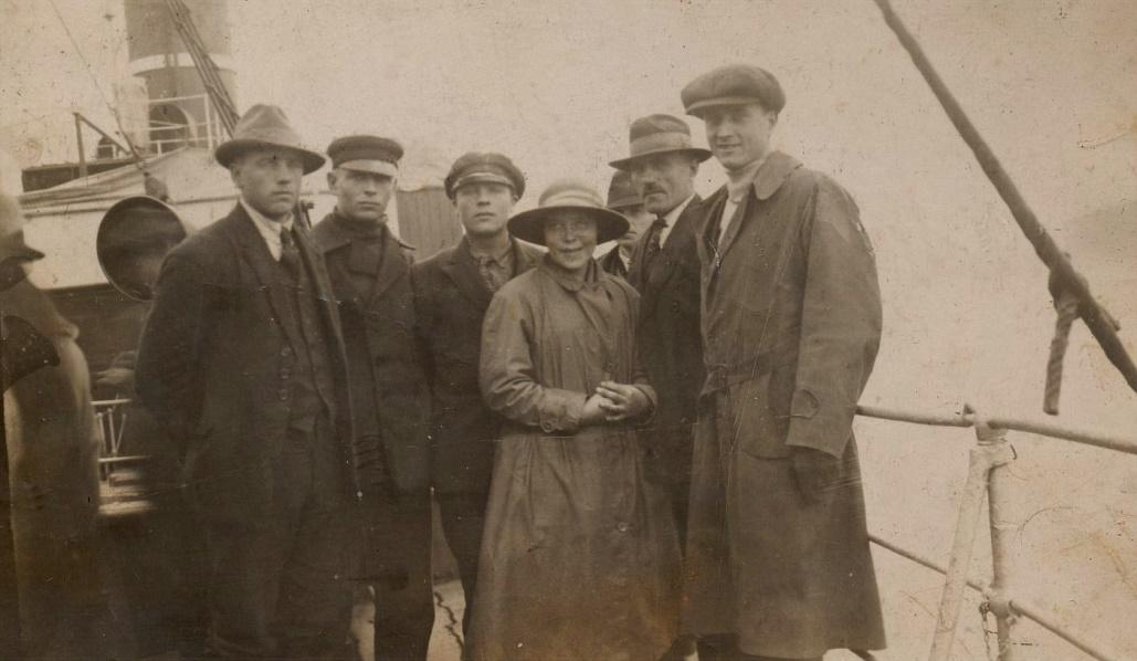 Erland och Anni var inte de enda som reste till Canada. På detta foto som de skickade hem till Fina i Dagsmark, så ser vi från vänster Erlands brorson Evert Storkull, följande är Uno Lillträsk från Lappfjärd, sedan Anselm Lillsjö. Flickan med den stora hatten är Anni Norén och lite skymd bakom står hennes far Erland. Mannen längst till höger är Urho Riihiluoma från Kornbäck. Fotografiet är avsänt från Köpenhamn 28 september 1923.