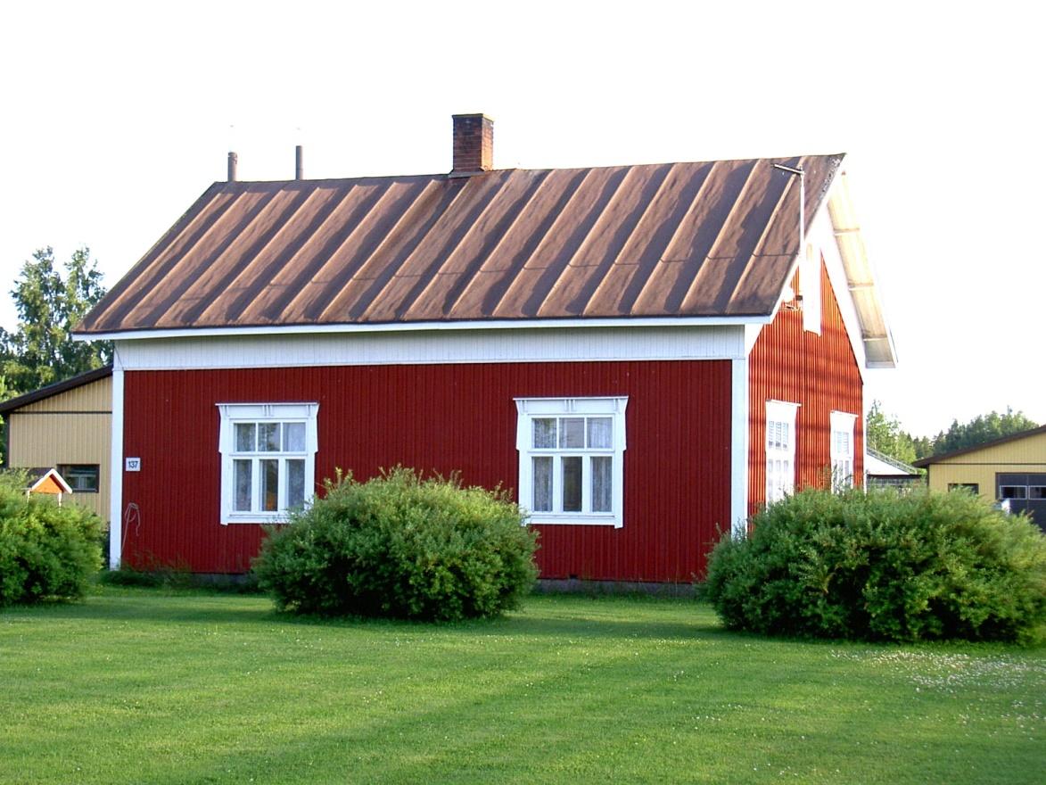 Så här ser det timrade huset ut som Valter och Ida byggde år 1933-34. Fotot från 2004.
