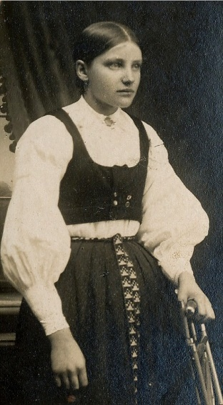 På bilden här ovan Hulda Agnäs, dotter till Henrik Agnäs (1868-1954) och Vilhelmina (1868-1950) född Storkull. Huldas syskon var Frans Agnäs, Ida Backlund, Henrik Anselm som stupade i Tammerfors år 1918 och Hilma som gifte sig med Valdemar Rosengren. Hulda Klåvus dog år 1933, endast 32 år gammal. Men de hann få döttrarna Hjördis och Gerda.