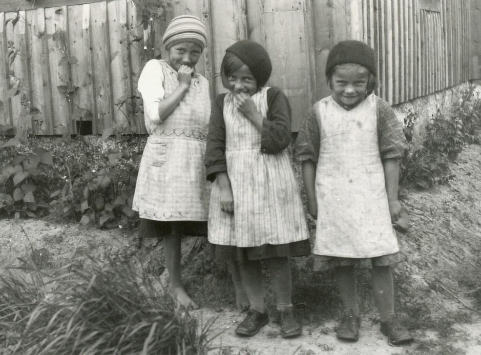 Läraren Selim Björses från Lappfjärd var en aktiv fotograf, det här är hans bild av de blyga trillingarna.