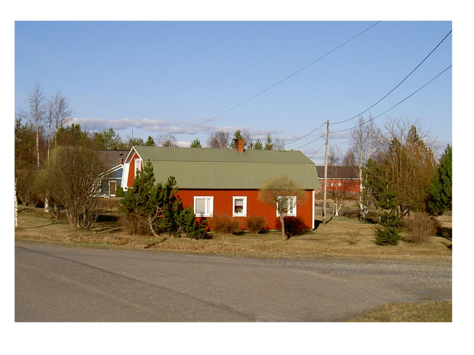 Huset fotograferat från väster våren 2003. Till vänster skymtar Kurt Backlunds gård
