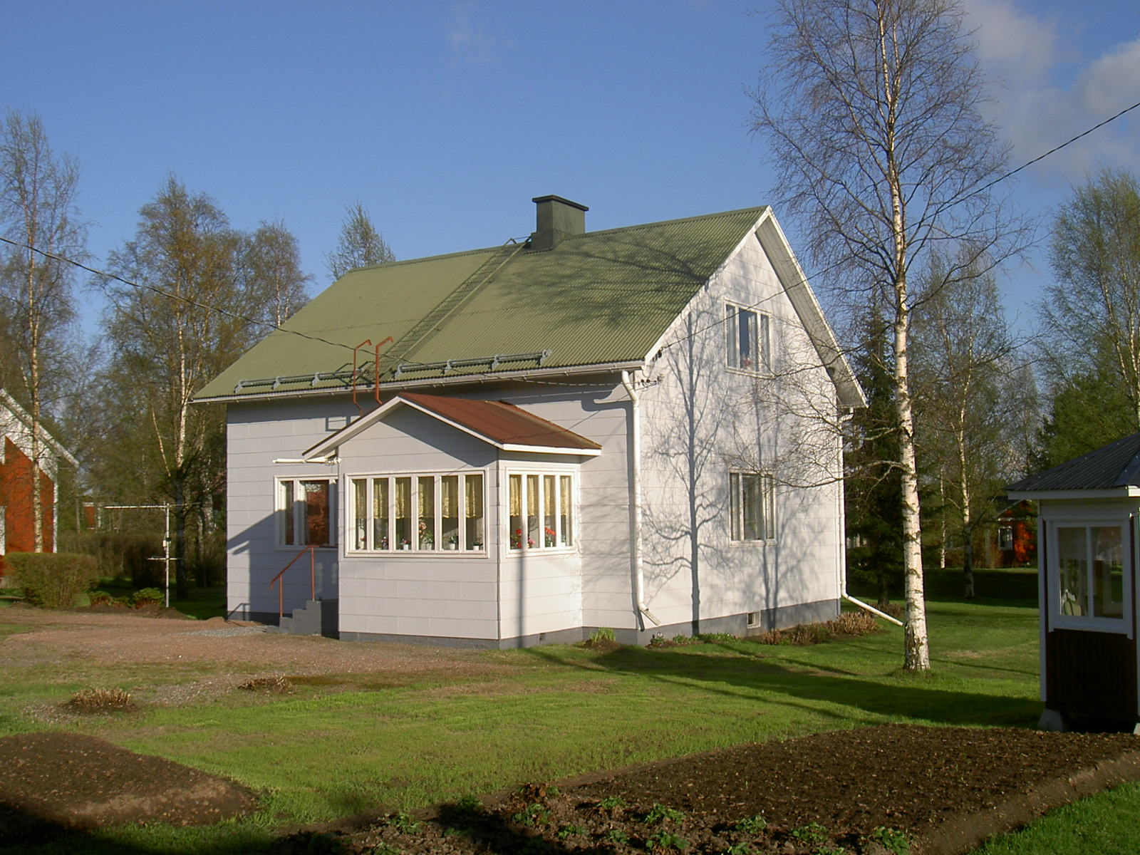 År 1959 byggde arbetaren och byggaren Karl Korsbäck denna gård på Dagsmarkvägen 382. Fotograferad från väster år 2003.